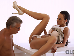 VIP4K. Babe has a crush on her grown-up boss and wants sex